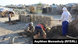 Жители села имени Комекбаева изготавливают самодельные кирпичи. Кызылординская область, 16 июля 2013 года.
