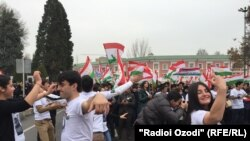 """Акция в поддержку закона о """"Лидере нации """" в Душанбе"""