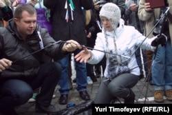 Николай Ляскин и Евгения Чирикова устанавливают на Красной площади зеленую палатку.