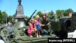 В аннексированном Севастополе дети фотографируются с российскими солдатами