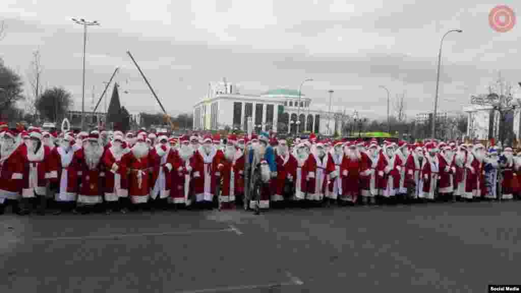 The Uzbek capital, Tashkent, witnessed a parade of Santa Clauses in an event organized by the Defense Ministry. More than 500 volunteerswill be acting as Santa Clauses in New Year events in various schools around Tashkent.