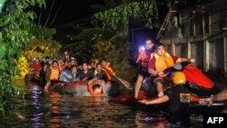 تصویری از آثار توفان روز شنبه. فیلیپین سالانه با بیست توفاندستوپنجه نرم میکند
