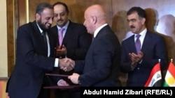 وزير الخارجية القطري خالد العطية يصافح وزير الداخلية في حكومة اقليم كردستان العراق كريم سنجاري