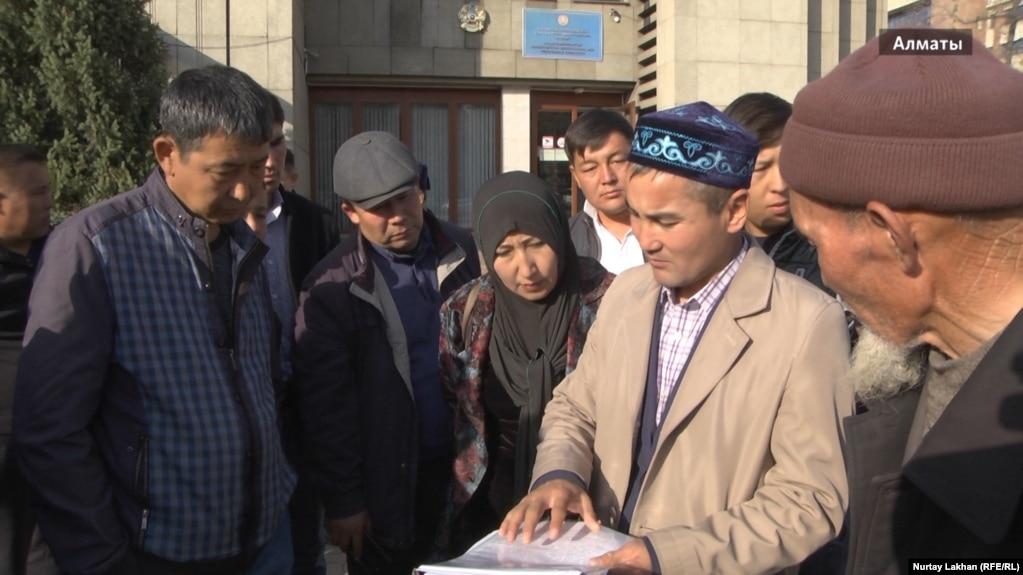 Qıtaydan köşip kelgen oralmandar Qazaqstan sırtqı ister ministrligi ökildiginiñ aldında jinalıp twr. Almatı, 24 qazan 2017 jıl.