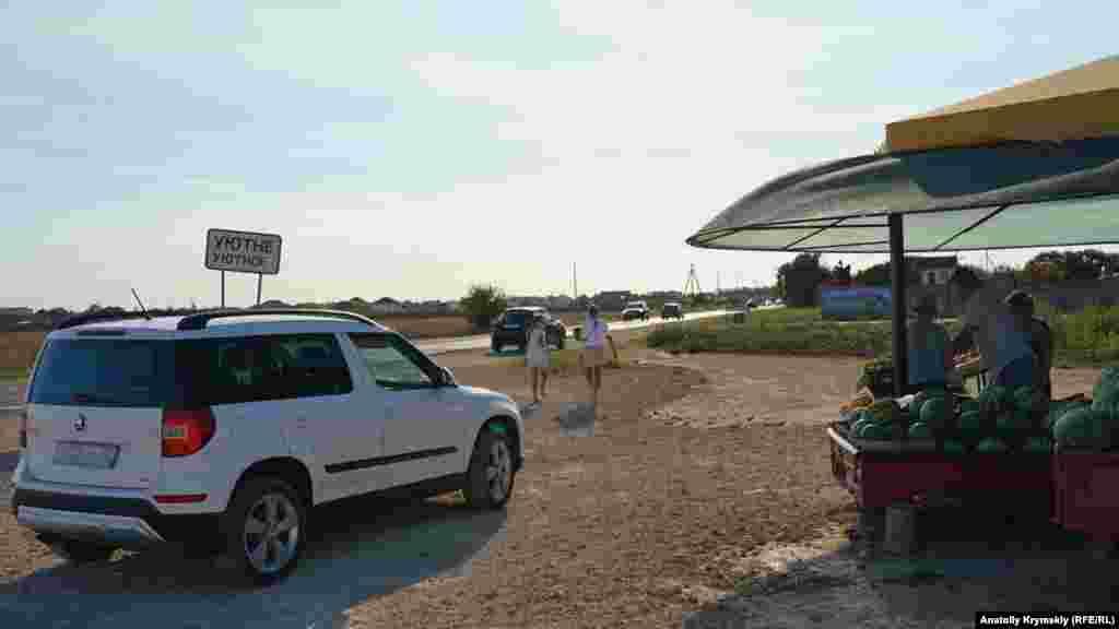 Часть их урожая продают у дороги Евпатория – Молочное