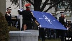 Архивска фотографија - Кревање на знамето на НАТО пред македонскиот Парламент
