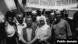 На жалобному мітингу: зліва направо: 1 ряд – Акіме (троюрідна сестра), Зекі Зіядінов (дядько), Діляра (сестра), Шукрет (брат); 2-ий ряд – Амет (двоюрідний брат), Шевкет (брат) і Нусрет. Сімферополь, 18 травня 2005 року