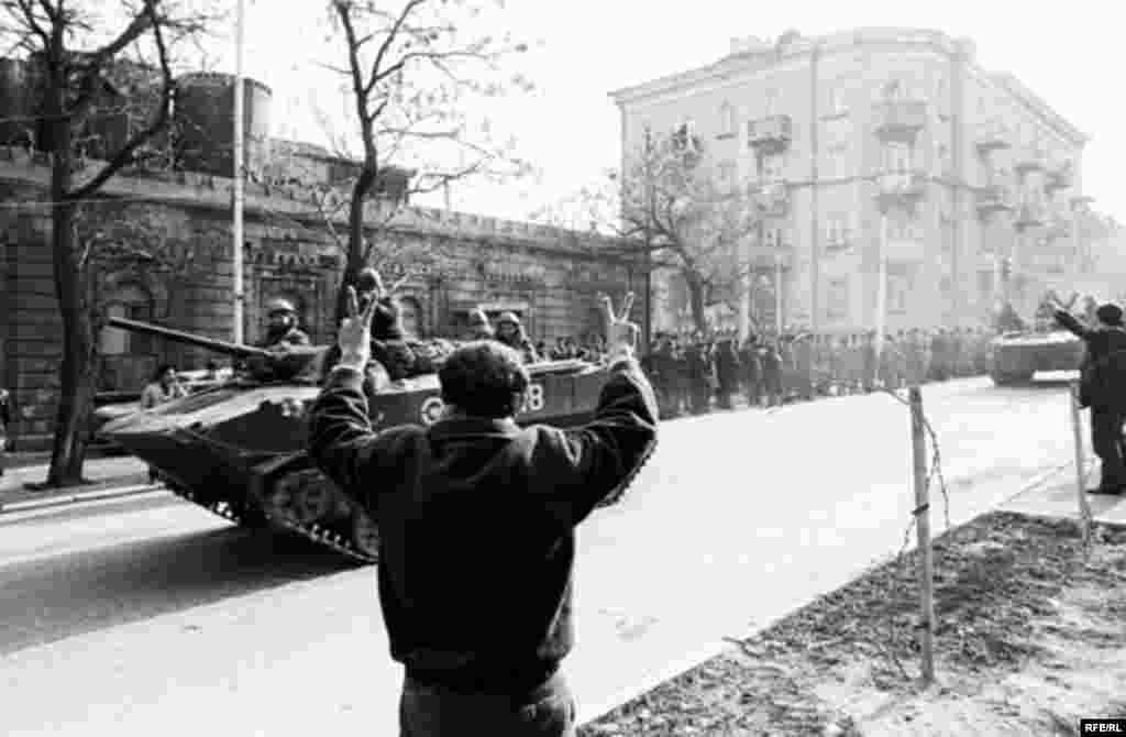Azerbaijan -- Soviet tanks in Baku during Black January, Jan1990