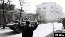 Azerbaijan -- Soviet tanks in Baku during Black January, Jan1990