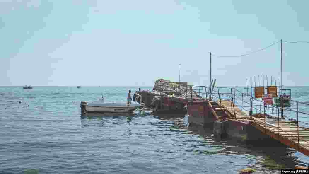 Ветхий причал не может принимать пассажирсие катера, но к нему причаливают ялики и моторные лодки, которые перевозят туристов