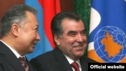 Qırğızıstan prezidenti Kurmanbəy Bakıyev və onun tacik həmkarı İmaməli Rəhman. Moskva. 5 fevral 2009