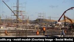 Узбекские мигранты работают на строительном объекте в Новгороде.