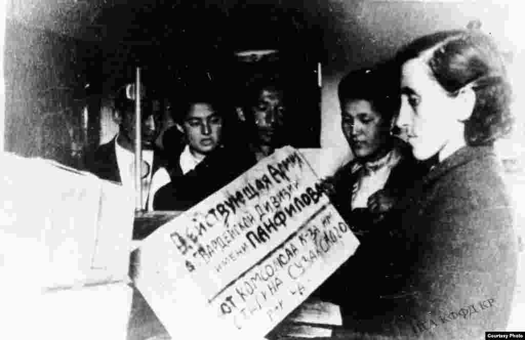 Для бойцов Панфиловской дивизии собирают посылки с подарками. 1942 год, Фрунзе.