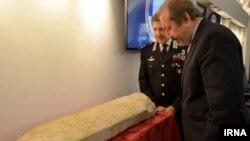 این سنگ قبر در سال ۲۰۱۵ میلادی توسط نیرویهای پلیس ایتالیا کشف و مشخص شد که منشاء آن جمهوری اسلامی ایران است.