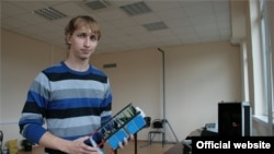 Студэнт Самарскага дзяржаўнага аэракасьмічнага ўнівэрсытэту трымае ў руках нанаспадарожнік SamSat-218.