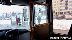Автобус тукталышларында ике-өч кенә кеше күренә