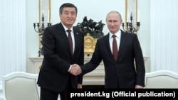 Президенты Кыргызстана и России Сооронбай Жээнбеков и Владимир Путин. Москва, 29 ноября 2017 года.
