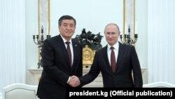 Gyrgyz prezidenti Sooronbaý Jeenbekow (çepde) özüniň russiýaly kärdeşi Wladimir Putin bilen. (Arhiw suraty)