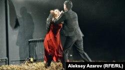 Эпизод из спектакля «Жылымық» («Оттепель»). Алматы, 26 октября 2019 года.