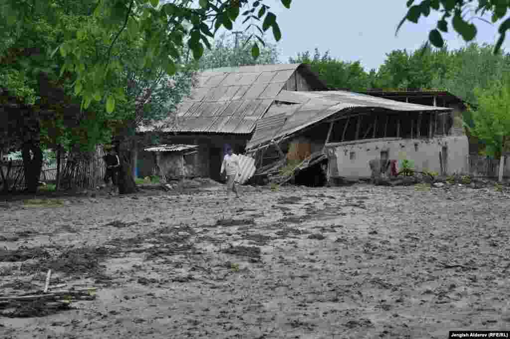 Катуу жааган жамгырдан кийин 26-апрелде Ош облусунда 200дөй үйдү сел алып кетти.