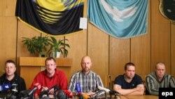 Полонені фахівці ОБСЄ на «прес-конференції» сепаратистів у Слов'янську, 27 квітня 2014 року