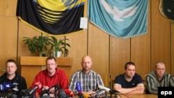 Члены захваченной миссии ОБСЕ вместе с самопровозглашенным мэром Славянска Вячеславом Пономаревым. 27 апреля