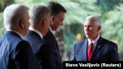 ABŞ-nyň wise-prezidenti Maýk Pense Çernogoriýanyň liderleri tarapyndan garşy alyndy, Podgorisa, 1-nji awgust, 2017.