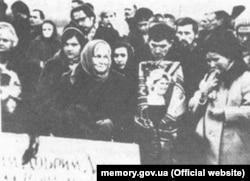 Василь Стус із портретом Алли Горської на її похоронах. 7 грудня 1970 року