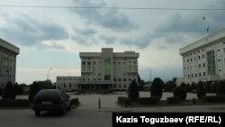 Комплекс административных зданий (в центре здание акимата) Алатауского района. Алматы, 29 июня 2018 года.