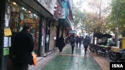 Прохожие рядом с книжным магазином в Тегеране. Ноябрь 2014 года. Иллюстративное фото.
