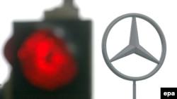 Создатели люксового автомобиля Mercedes ничем не смогли помочь производителю машин для среднего класса