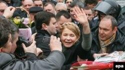 Юлия Тимошенко, бывший премьер-министр Украины, приветствует сторонников. Киев, 28 февраля 2014 года.