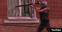 Людзі нападаюць на мясцовы райаддзел міліцыі, 2 ліпеня 2013, Врадіївка