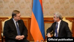 Президент Армении Серж Саргсян (справа) принимает министра юстиции Литвы Юозаса Бернатониса, Ереван, 5 марта 2015 г. (Фотография - пресс-служба президента Армении)