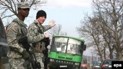 Әлегә Косово урамнарында БМО идарәсендәге американ хәрбиләре