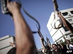 Borci nacionalnog prelaznog veća slave u distriktu Abu Salim u libijskoj prestonici Tripoli, 14. oktobar 2011.