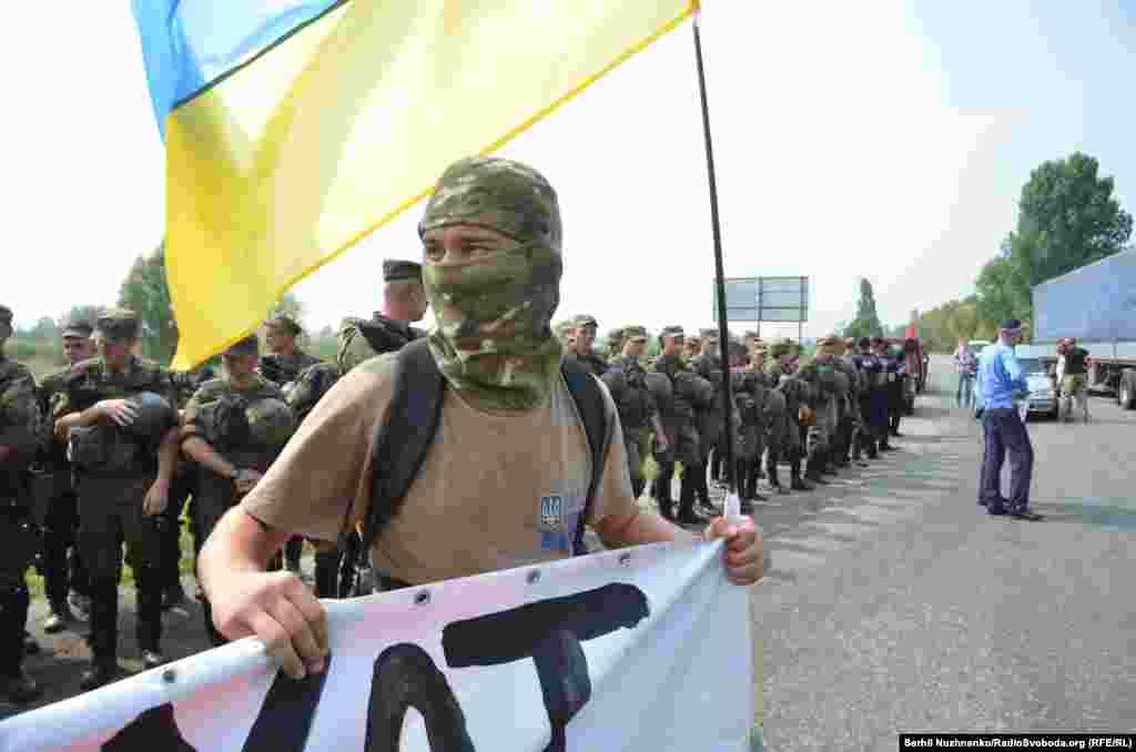 Активисты собрались на въезде в Борисполь, чтобы не пропустить участников крестного хода УПЦ (МП) в город