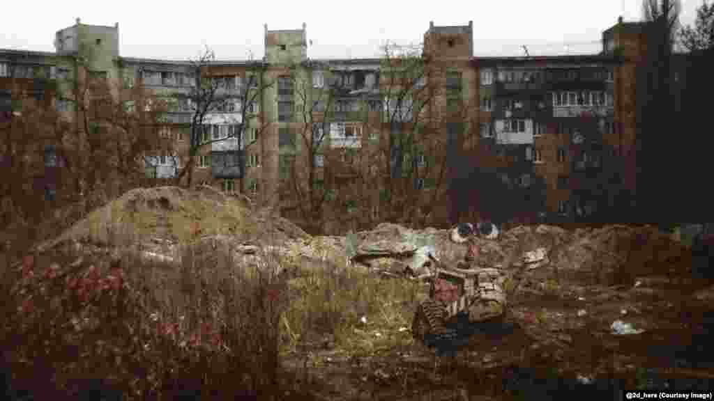 Робот ВАЛЛ-И в российском пригороде. Зубков говорит, что одна из целей проекта – привлечение внимания к социальным проблемам России