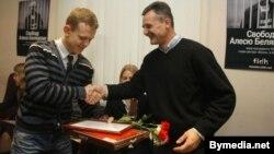 Алег Грузьдзіловіч уручае прэмію Ўладзю Грыдзіну