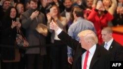 Дональд Трамп в фойе редакции газеты «Нью-Йорк таймс» после встречи с журналистами