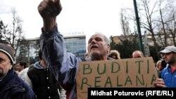 """Oni – u slobodnom padu sa 103. sprata – mogu još da se tješe kako je """"za sada sve dobro"""": Kurspahić (na slici: građanski protesti u Sarajevu, februar 2014.)"""