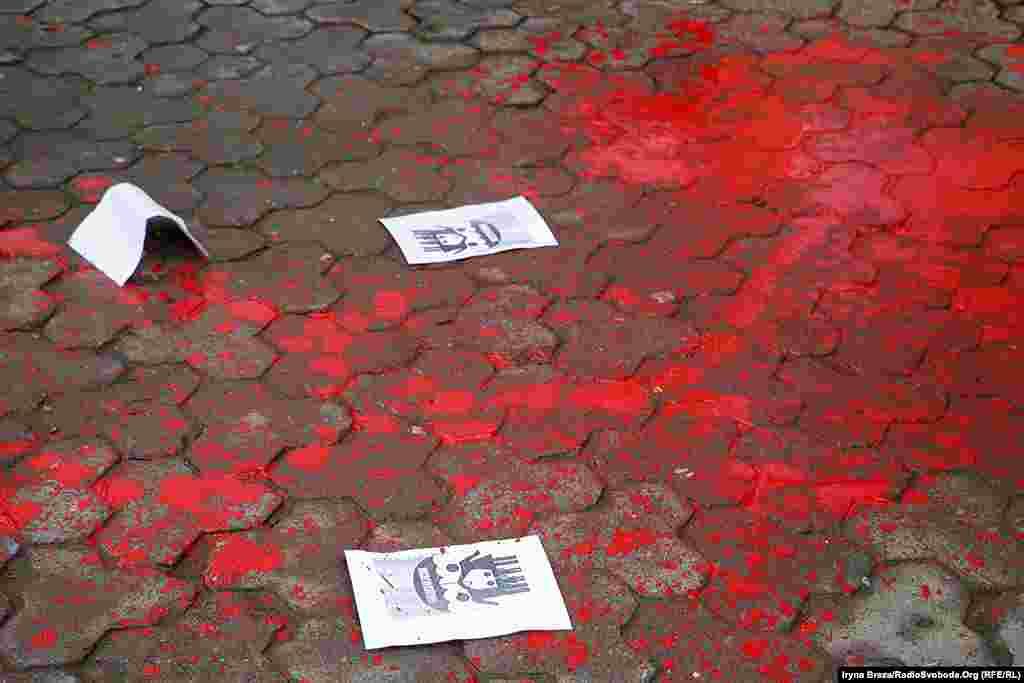 Зловмисники пошкодили фарбою також ляльковий театр на центральній площі