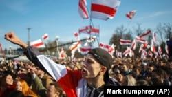 Ljudi mašu zastavama Belorusije na skupu 25. marta 2018. kojim je obeleženo proglašenje nezavisnosti Belorusije od Rusije 1918.