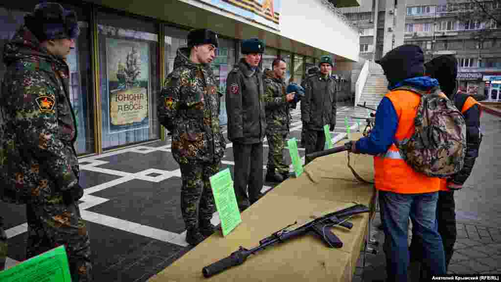 23 февраля в России отмечали «День защитника Отечества» и столетие Советской армии. На главной площади Симферополя к этой дате приурочили выставку военной техники