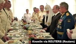 Справа наліво: міністр оборони Росії Сергій Шойгу, російський президент Володимир Путін і Московський патріарх Кирило. Петербург, 30 липня 2017 року
