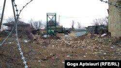 У разделительной линии в Хуравлети российские пограничники устанавливают вышку