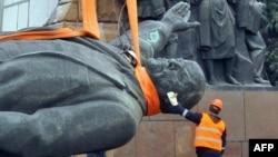 Украинаның Запорожье қаласында Ленин ескерткішін құлату сәті. 2016 жыл.
