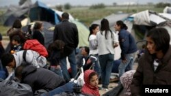 Izbeglice i migranti na prelazu