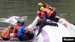 Участники поисково-спасательной операции на месте трагедии