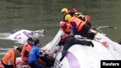 Спасательная операция после падения самолета на Тайване